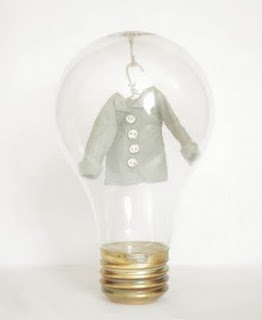 MiniaturePaperClothesInLightbulbs3